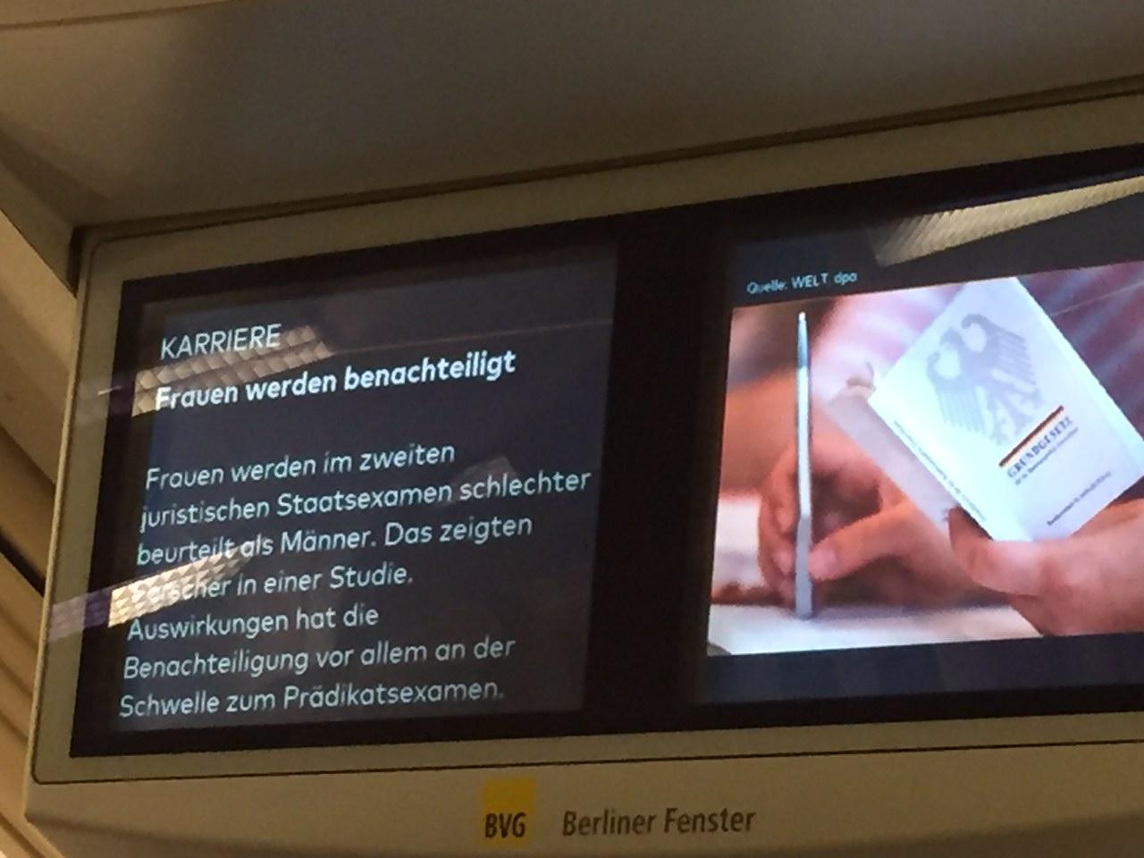 Bericht über die Studie im Berliner Fenster der BVG / Foto: Johannes Hellmann